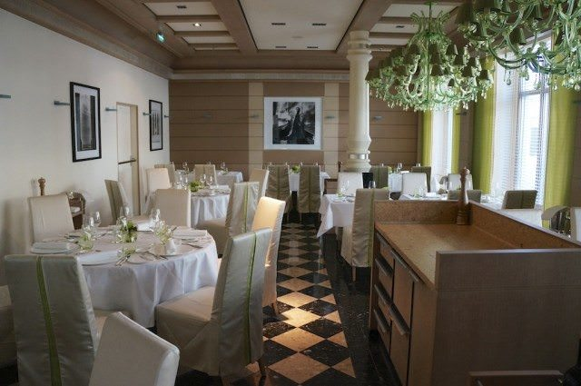 One of eight dining venues on Europa 2, Restaurant Serenissima features Italian cuisine. Guests are encouraged to make reservations at the smaller restaurants, such as Serenissima. Reservations can be made only for the next 48 hours. Dining throughout Europa 2 comes at no extra charge, except in Speisezimmer, a private dining venue that can be booked for up to 16 people for €1,500. ©2013 Ralph Grizzle
