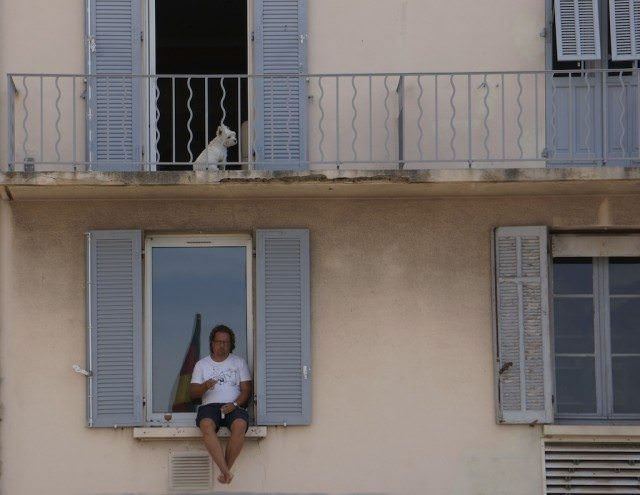 Lucky dog has a balcony; the man below, not — in Saint-Tropez © 2013 Ralph Grizzle