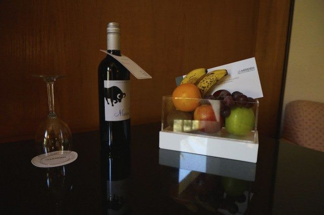 Fresh fruit and a complimentary bottle of wine at Hotel Méridien.