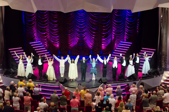 ...garners a standing ovation for the cast. Photo © 2015 Aaron Saunders