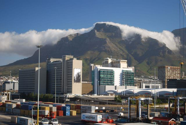 The Tablecloth begins to unfurl over the top of Table Mountain
